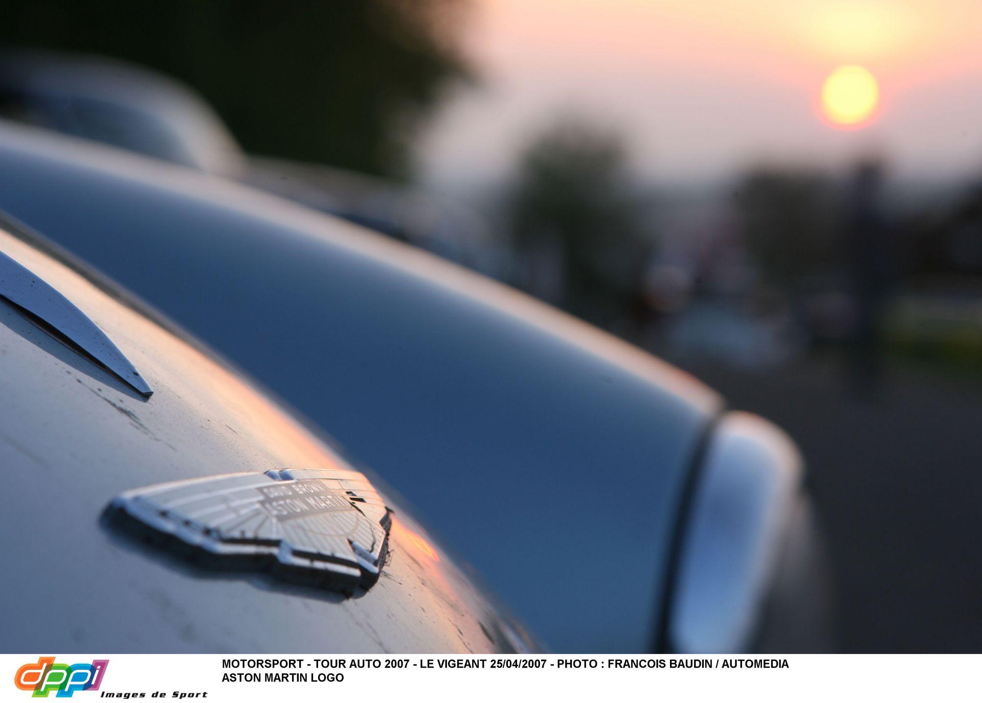 Az Aston Martin V12-es motorjai jól szólnának a Red Bullokban jövőre...