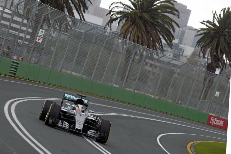 Hamilton duplázott Ausztráliában, és megnyerte a második edzést is a Mercedesszel: Raikkönen 3.