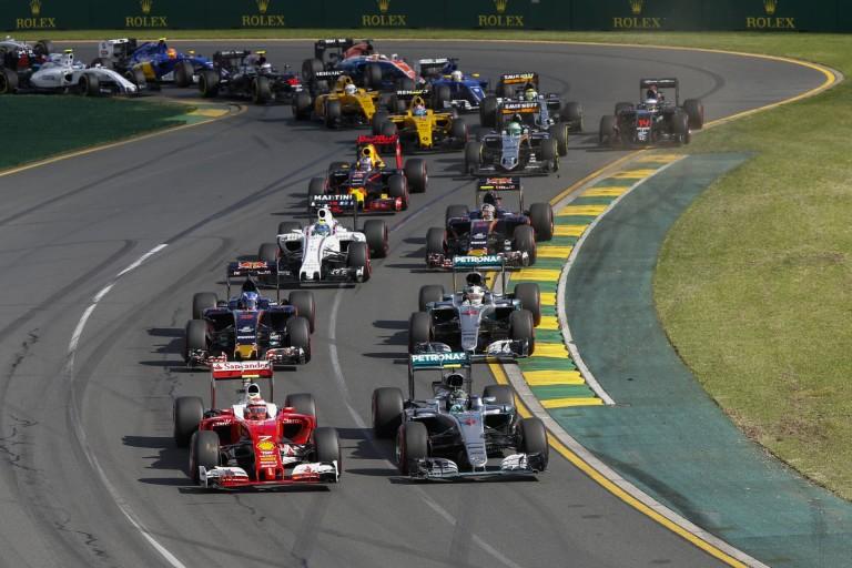 Belső kamerán, ahogy Vettel állva hagyja a mezőnyt: rakétaként lőtt ki a Ferrari