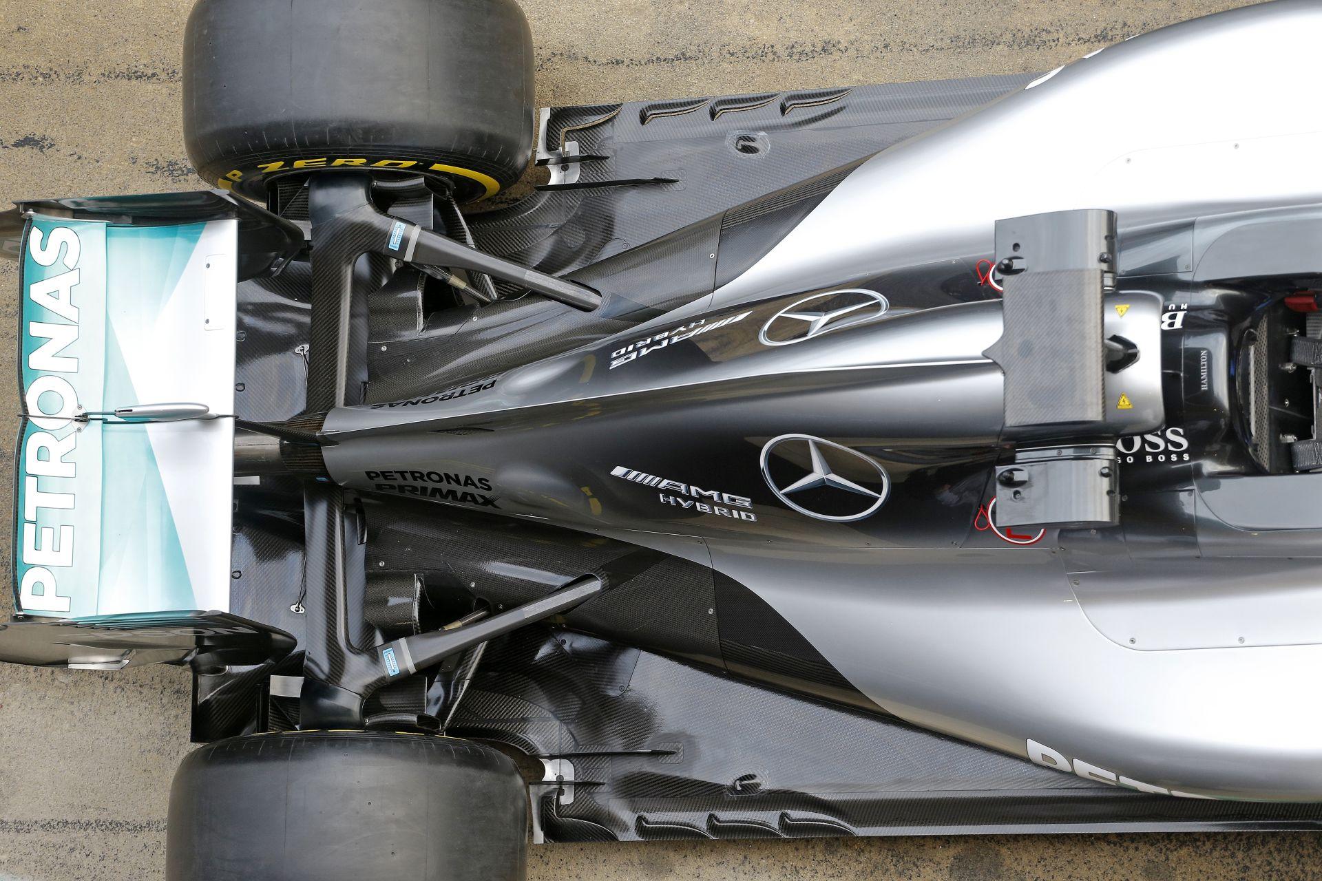 Hamilton kihajt a Mercedes W07-tel a pályára: szürcsölős motorhang Montmelóban