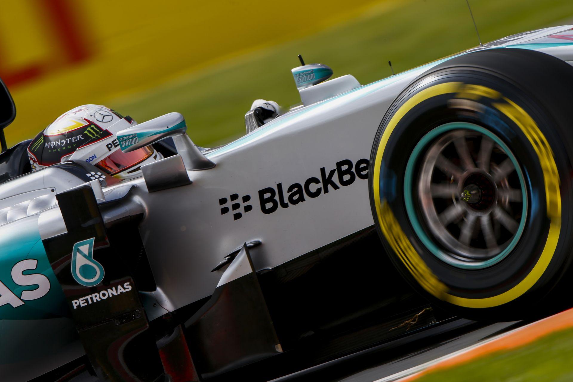 A Mercedes nem szól rá Hamiltonra, vagy Rosbergre a rajt előtt: egymásnak eshetnek