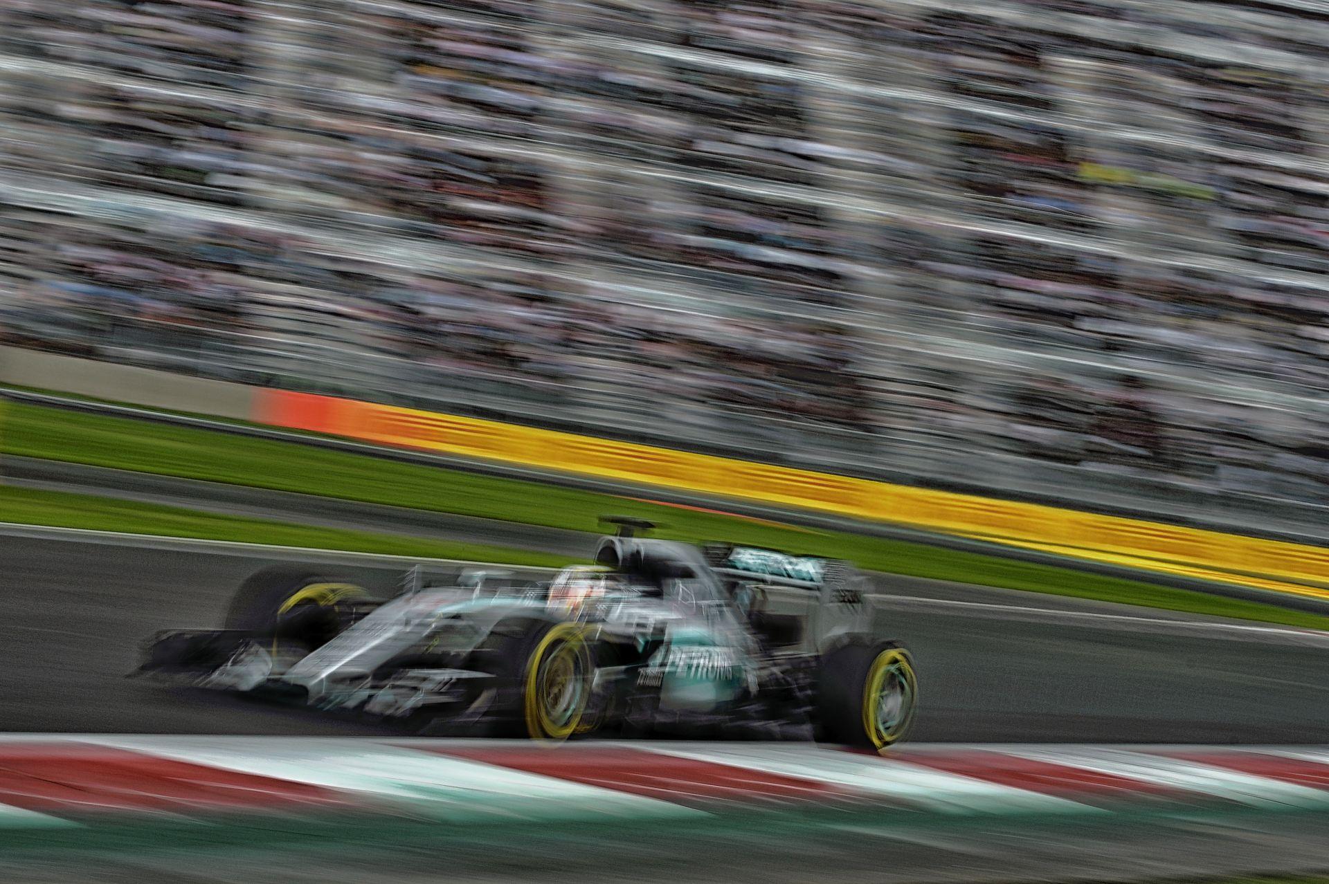Ha a Mercedes változtat a stratégián, akkor mindkét versenyzőnek ki kell jönnie cserélni