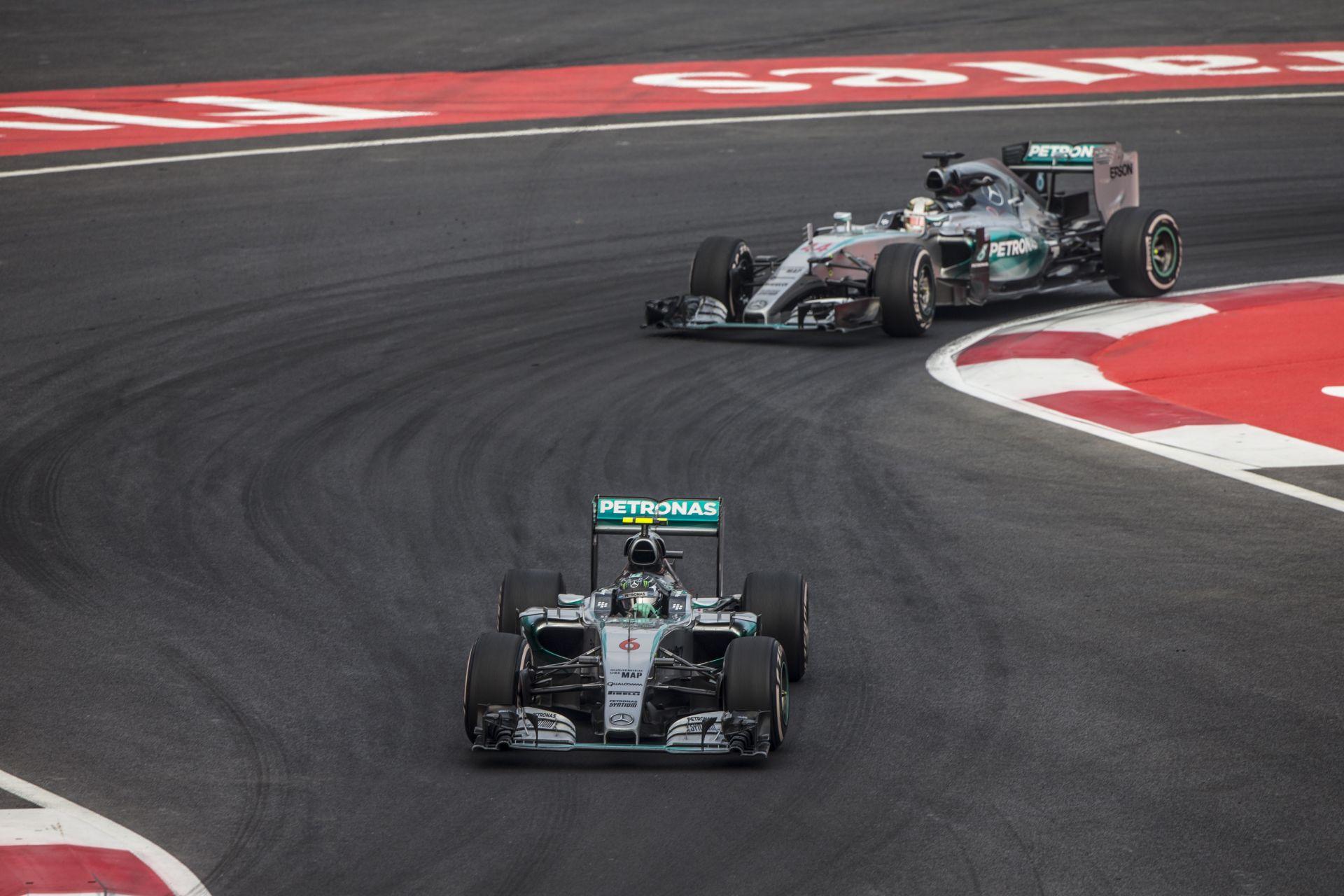 Hamilton kicsit odaszúrt Rosbergnek, aki remekül vezetett, széllökés sem volt