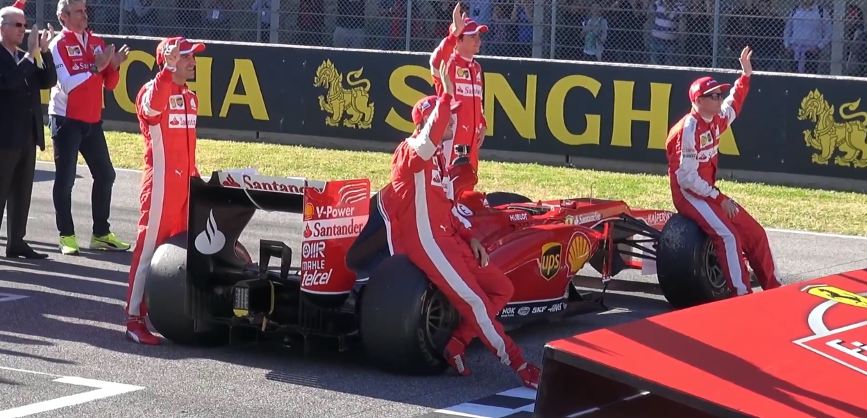 Testközelből, ahogy a négy F1-es Ferrari parádézik Mugellóban: Vettel és Raikkönen is akcióba lendült