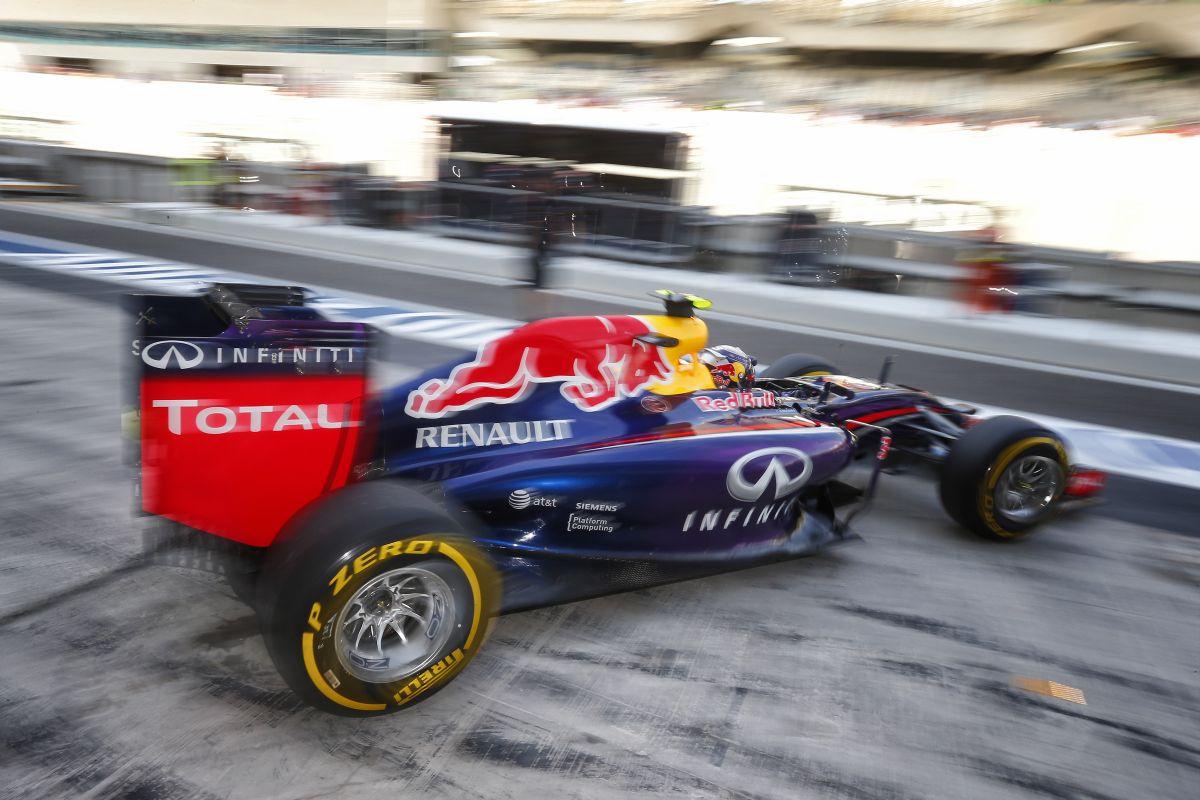 Újabb fordulat: a Red Bullok a boxutcából rajtolnak, mivel első szárnyat kellett cserélniük