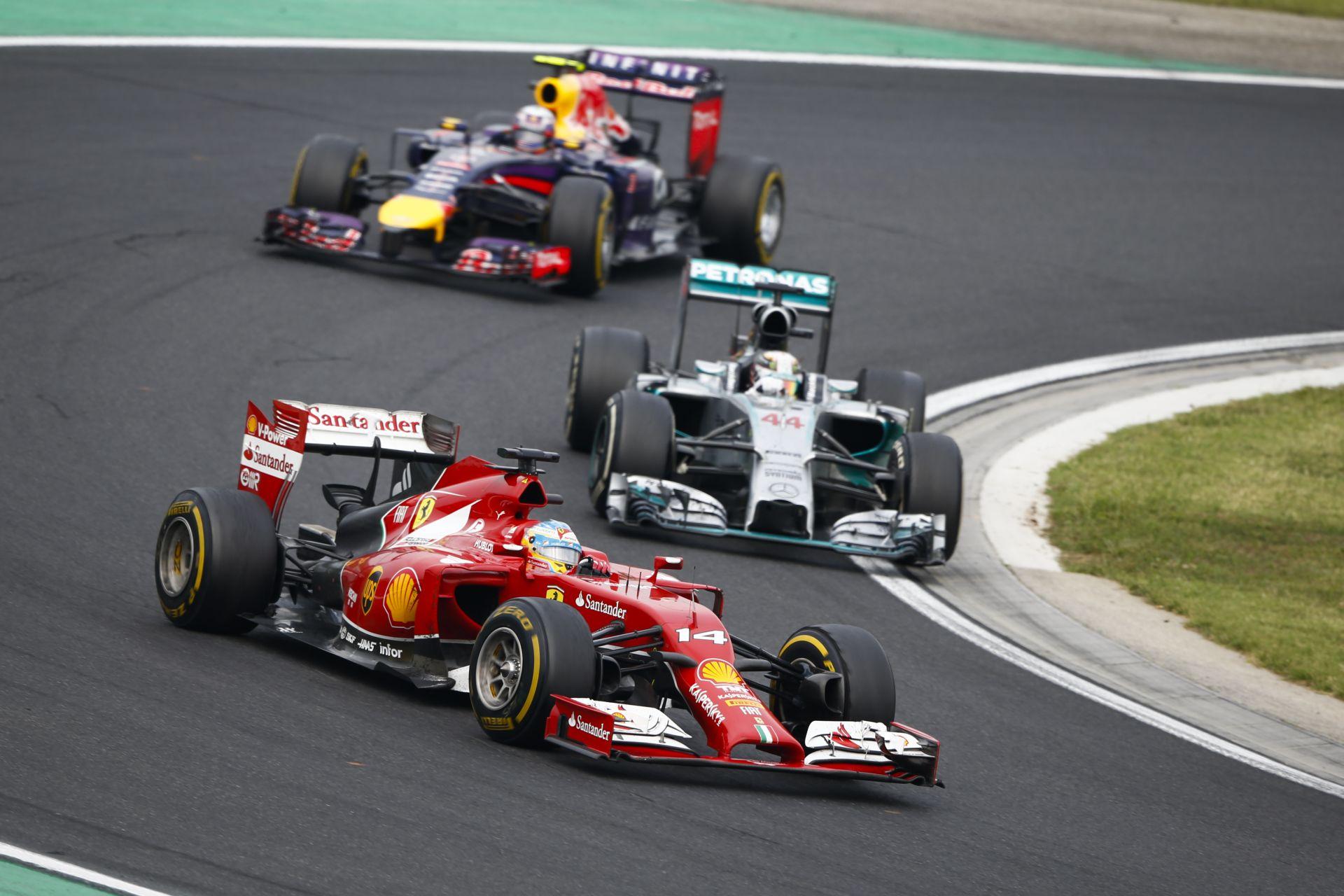 """Nyilvános """"kémkedés"""" a Ferrarinál Abu Dhabiban: Bepöccentek a Mercedes emberei"""