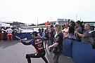 Ricciardo like a BOSS: így kell belépni egy sajtóeseményre! Nem fog első számúként sétálgatni