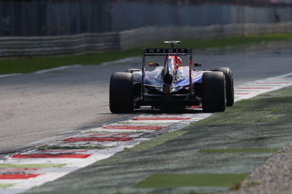 A Renault-nak nem tetszik, hogy a Mercedes esetében rögtön dominanciáról beszélnek