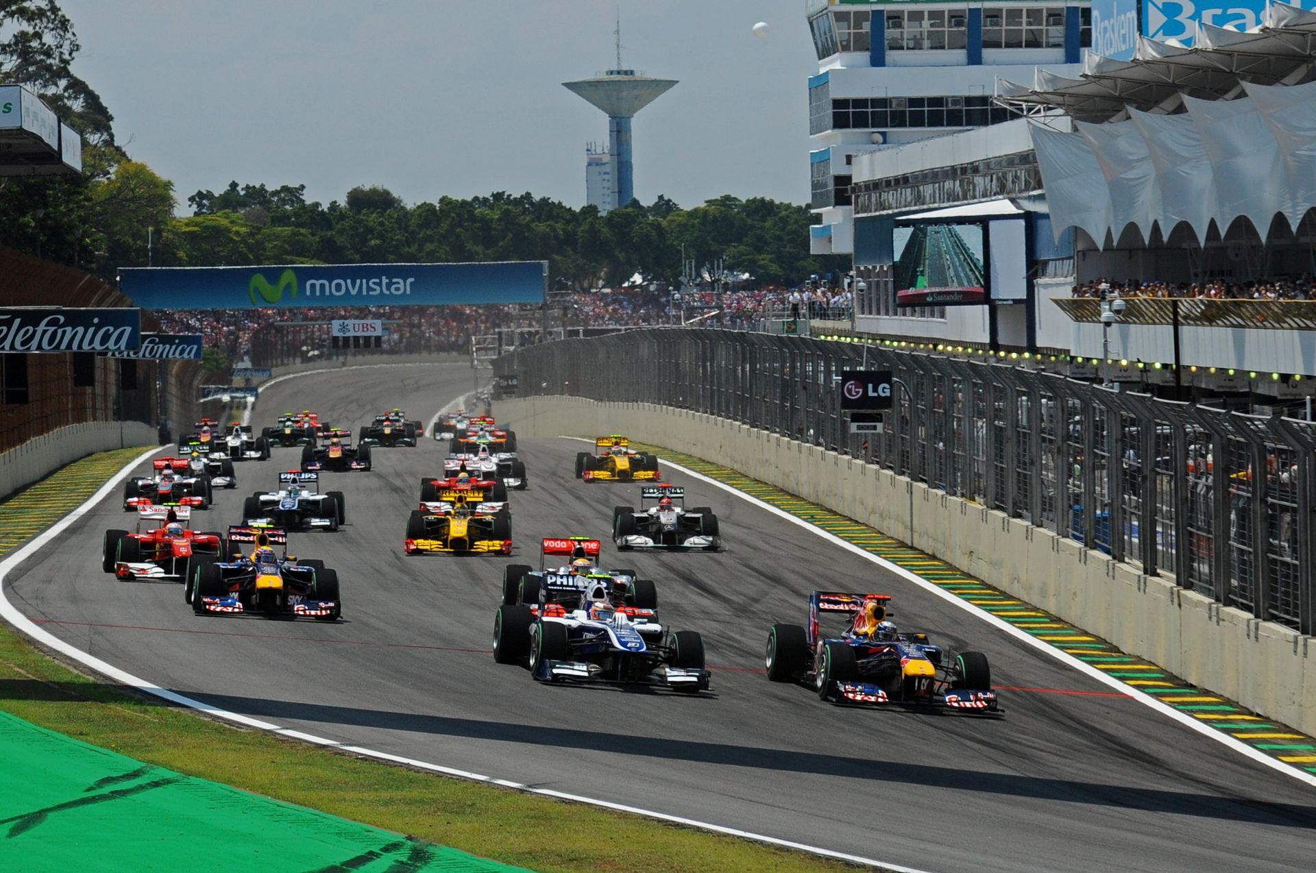 Képen a szétzúzás alatt álló brazil F1-es pálya