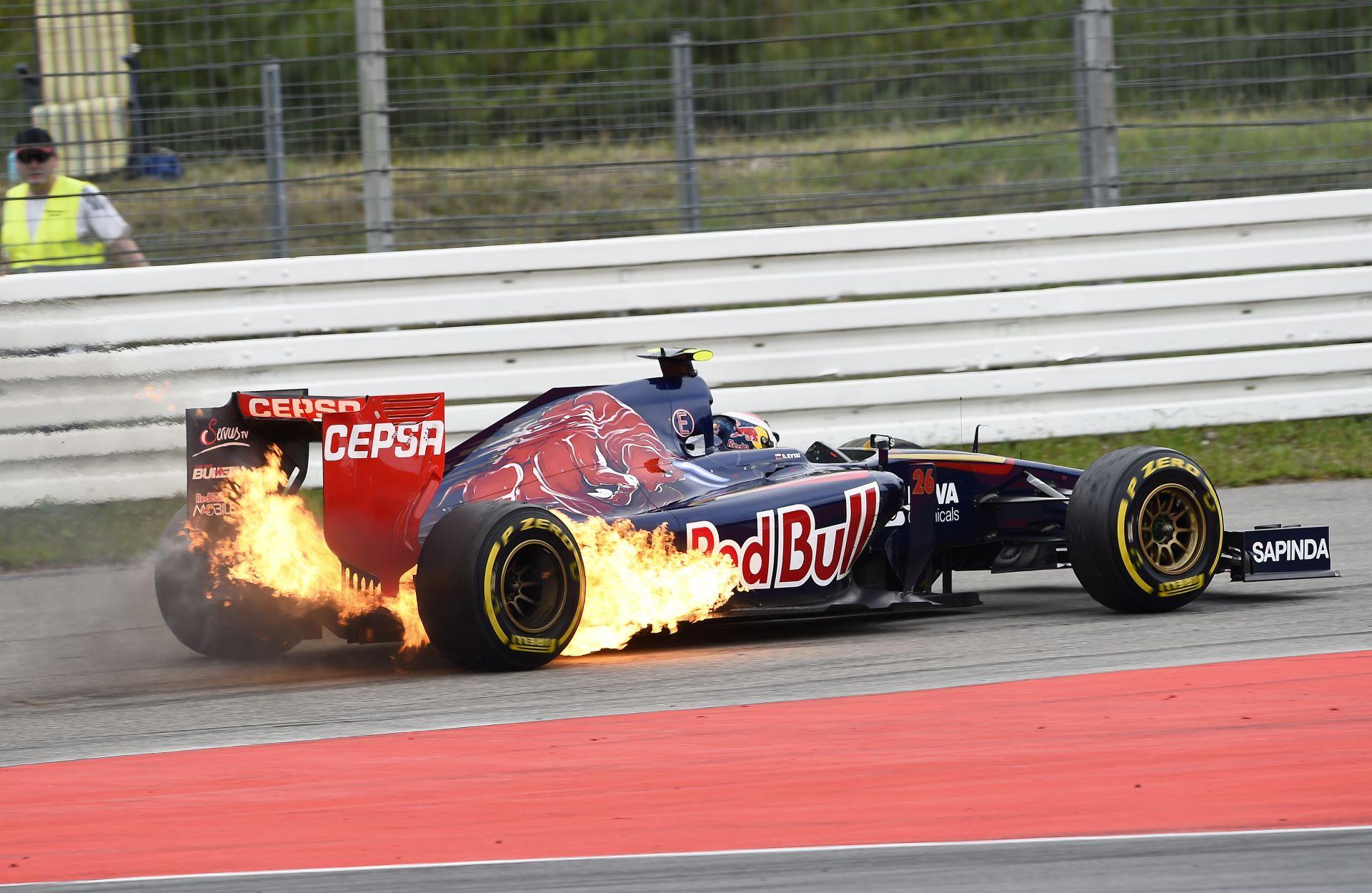Videón Kvyat lángoló Toro Rosso versenygépe Hockenheimből