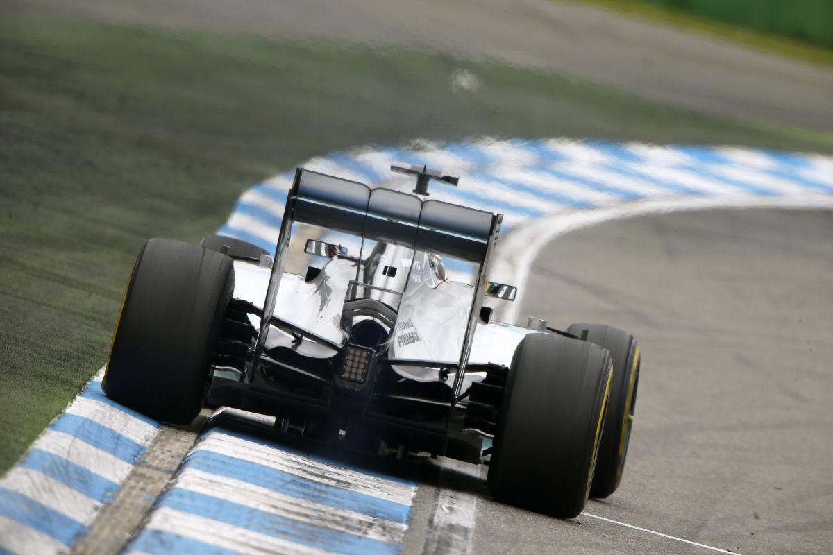6 tizedbe került körönként a sérült szárny Hamiltonnak - a boxutcás rajt 18 másodpercet vesz el
