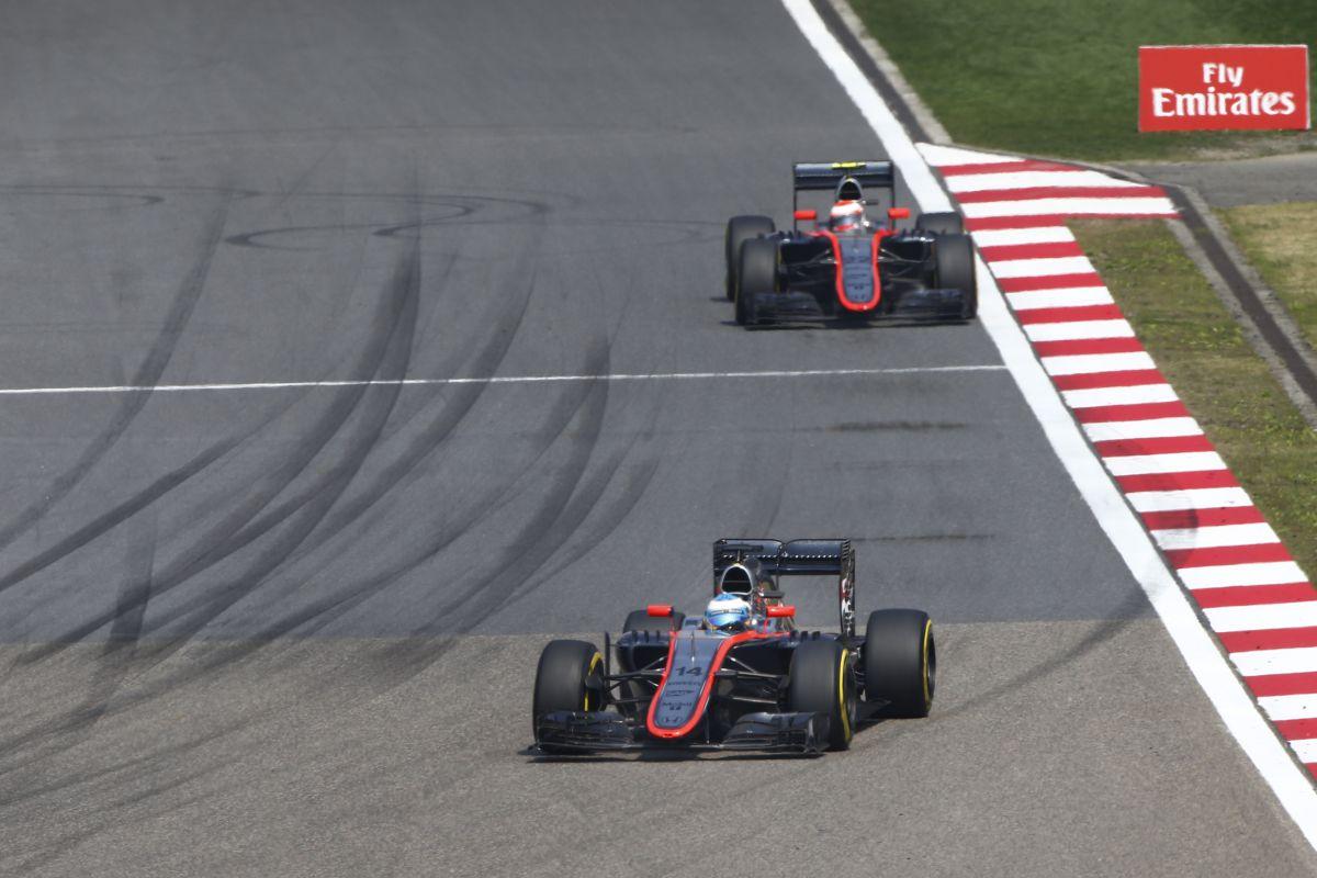 50 ezer kilométer hiányzik a McLarennek: lassan, de felzárkóznak
