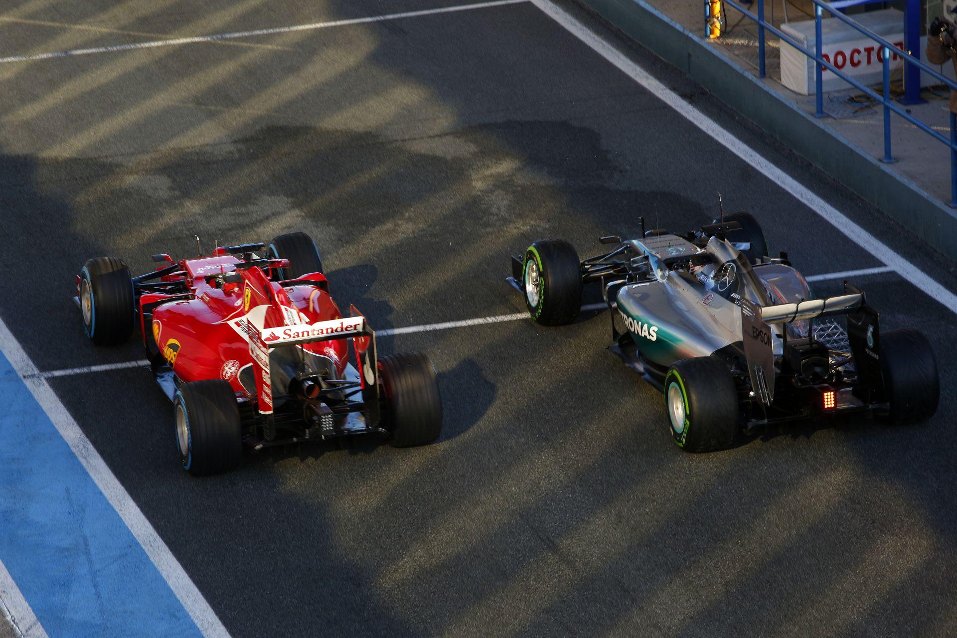 Raikkönen bepattan a bokszba, és már takarják is el a Ferrarit