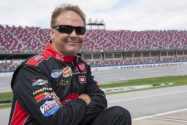 Tres arrestados por agredir a ex piloto de NASCAR Mike Wallace y su hija