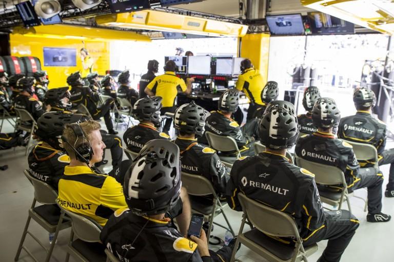 Renault csapatruházat: félmeztelen szerelők 1982-ben vs sárga pólók 2016-ban!