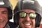 LOL: Alonso és az idősebb Sainz motoron Monacóban (videó)