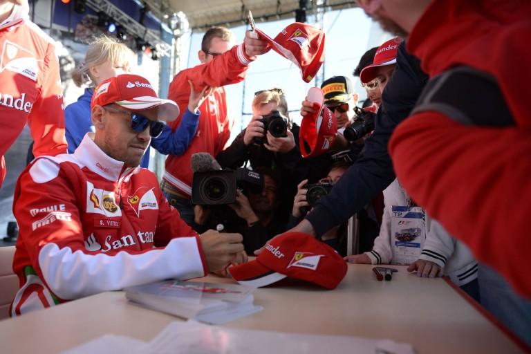 A világ legszerencsésebb kisbabája: Räikkönen, Vettel és több versenyző mellé is beültették!