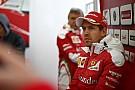 Vettelnek ferraris telefontokja van - menő!