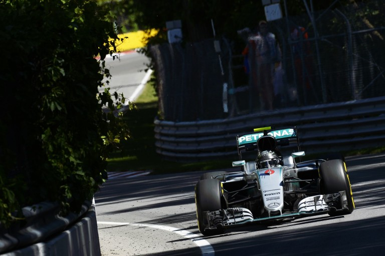 Amatőr videón, ahogy Rosberg 351 km/órával elhúz Bakuban