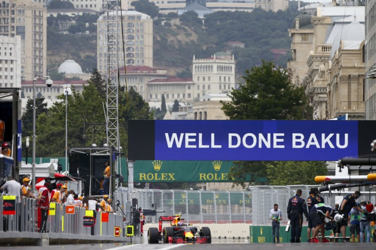 Újabb FAIL Bakuban: most az egyik kábeltakaró elem jött fel...