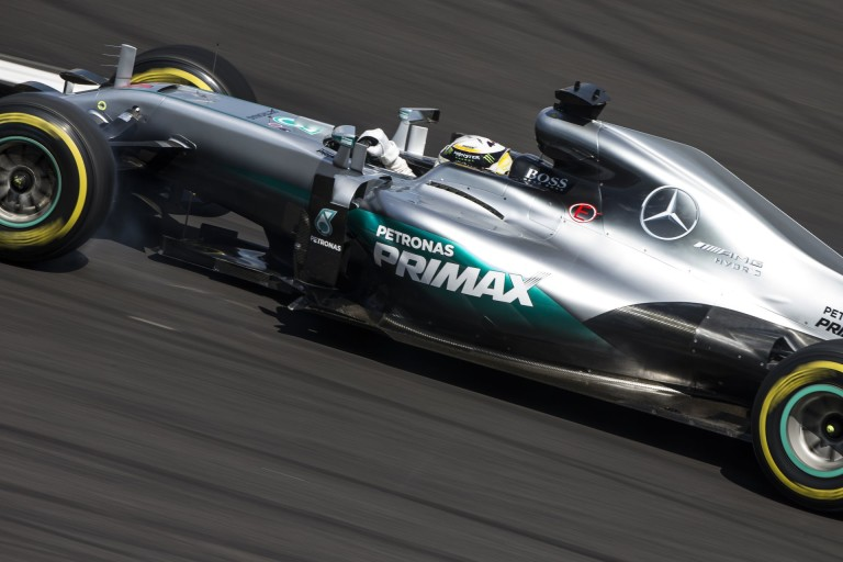 DRÁMA: Hamilton kiesett, elfüstölt a Mercedes!