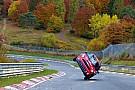 Une mini fait le tour du Nürburgring sur deux roues !