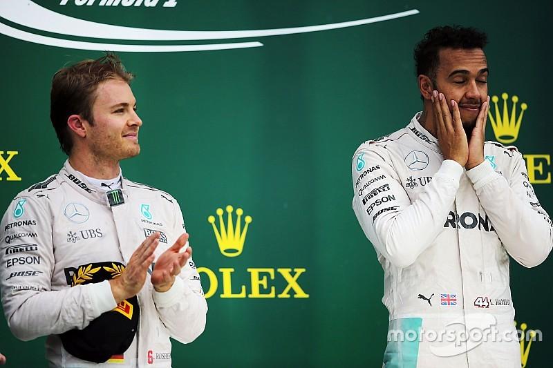 """Em desvantagem, Hamilton admite estar em """"posição estranha"""""""
