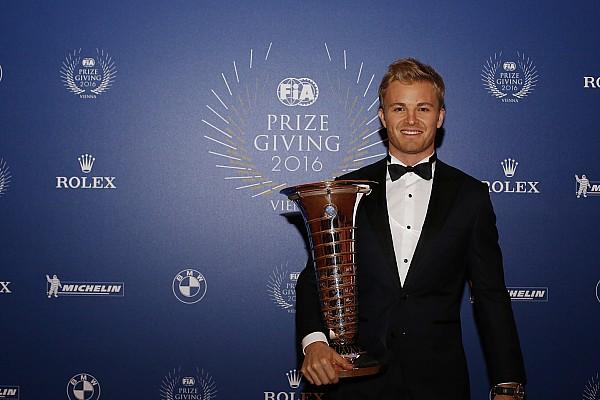 FIA-Gala in Wien: Die Motorsport-Weltmeister mit ihren Pokalen