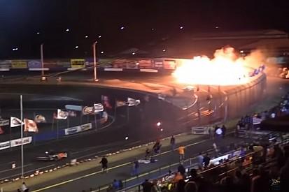 """Carros ficam em chamas após batida com """"piloto-pastor"""""""