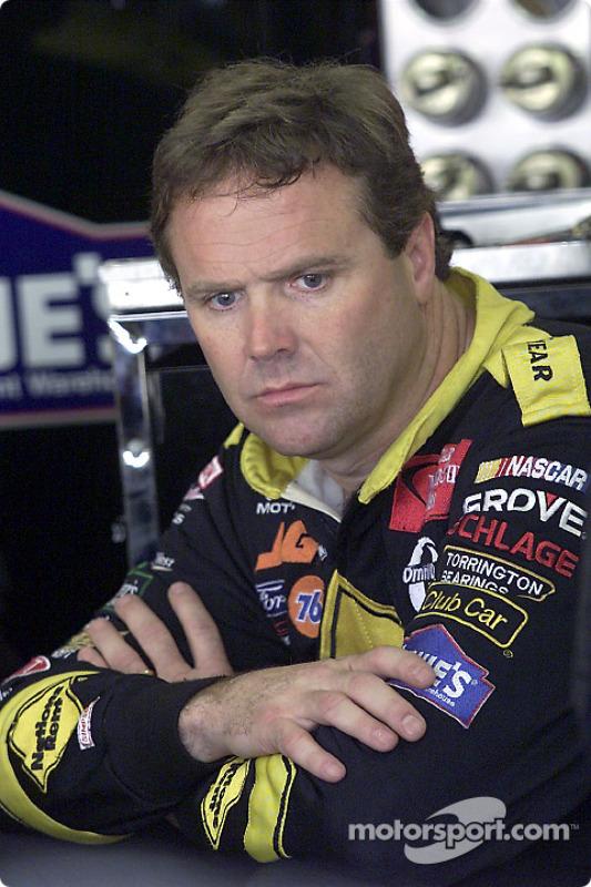 Mike Wallace attend dans le garage