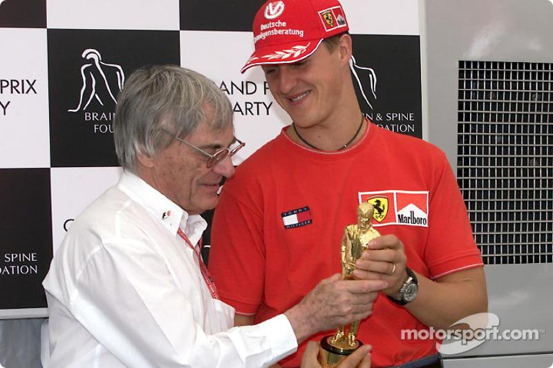 "Michael Schumacher recibe su ""Bernie"" de manos de Bernie Ecclestone"