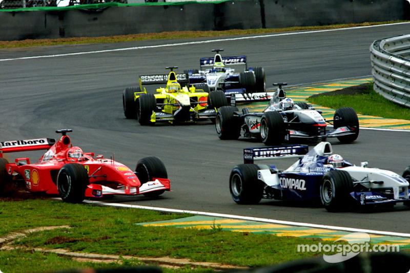 Juan Pablo Montoya dépasse Michael Schumacher