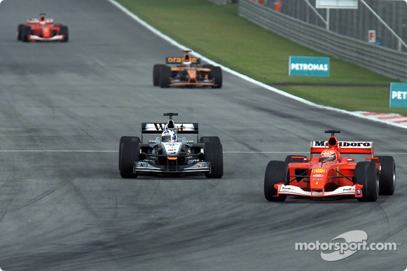 Michael Schumacher quitándole el primer lugar a David Coulthard