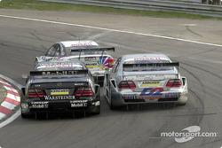 Acción cercana de carrera: Uwe Alzen y Bernd Schneider
