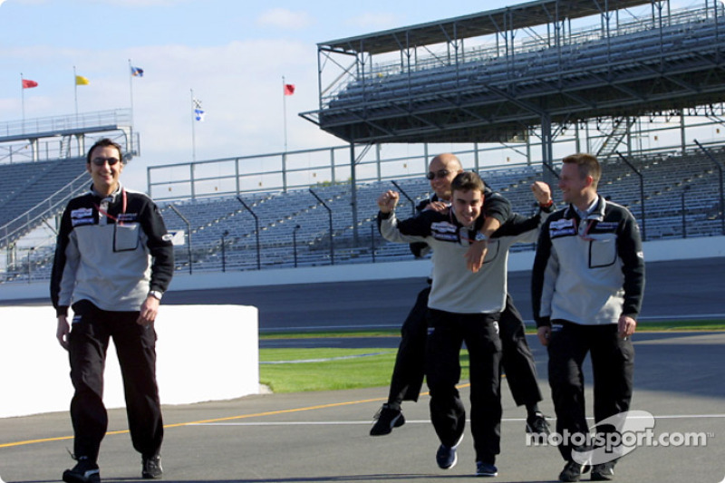 Fernando Alonso divirtiéndose con su equipo
