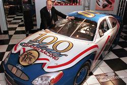 Dan Davis, directeur de Ford Racing Technology et du programme Ford Racing, avec la version NASCAR de la Ford Taurus, développée par Ford Motor Company avec l'intention de courir en NASCAR en 2001
