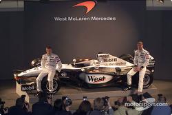 Kimi Raikkonen y David Coulthard con el nuevo McLaren Mercedes MP4-17