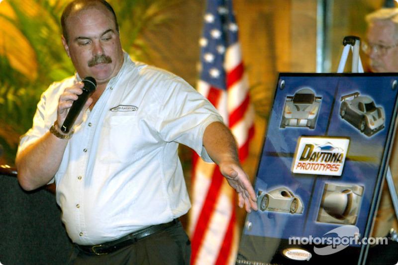 Mark Raffauf, directeur de course Grand-Am, montre un poster qui décrit le nouveau Daytona Prototype qui fera ses débuts en 2003