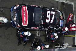 Kurt Busch recibe servicio del equipo Roush Racing