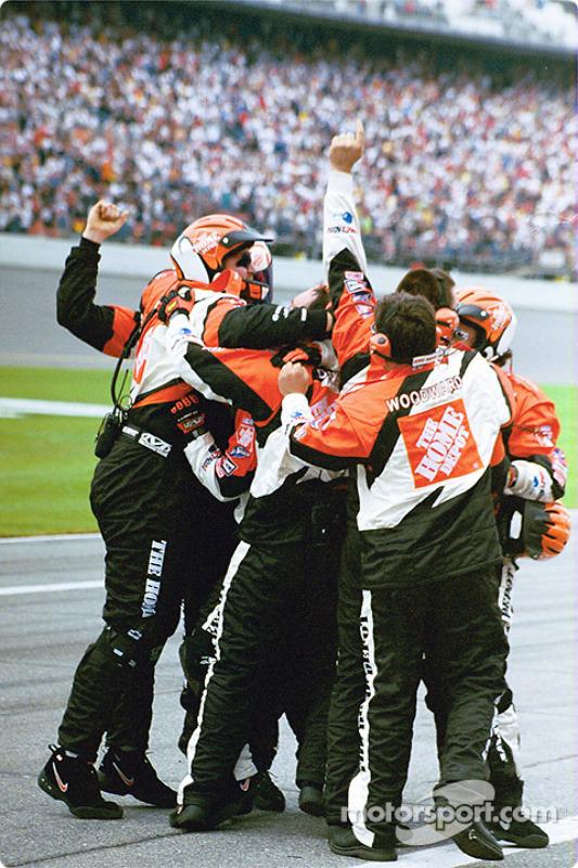 L'équipe de Tony Stewart fête la victoire