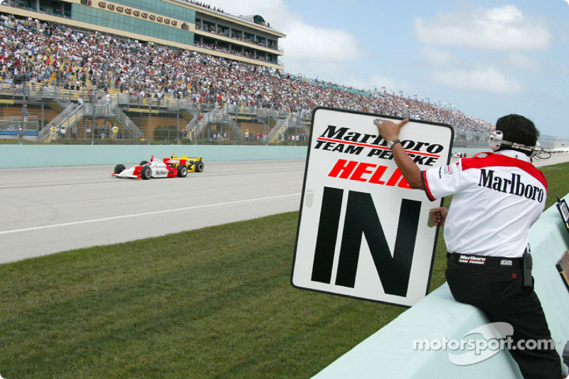Helio Castroneves poussé sur sa position de départ par un membre de l'équipe Penske