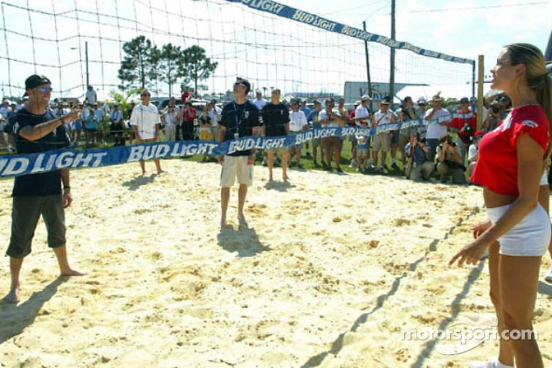 Challenge de beachvolley de Sebring : Les Hawaian Tropic Girls jouent contre les pilote Panoz