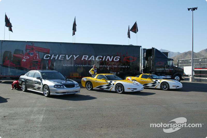 Le pace car Chevrolet Corvette devant le camion Chevrolet