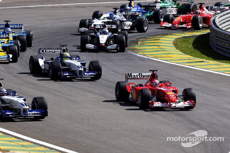 Primera curva: Michael Schumacher a punto de rebasar a Juan Pablo Montoya