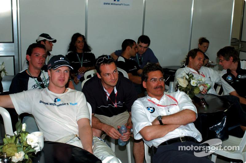 Ralf Schumacher y el Dr Mario Theissen viendo la carrera de la F3000 el sábado