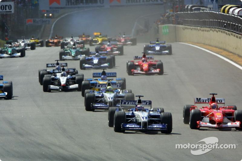 Le départ : Juan Pablo Montoya et Michael Schumacher au premier virage