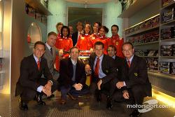 Apertura oficial de la Ferrari Store, Maranello: Luciano Burti, Piero Lardi Ferrari, Jean Todt, Michael Schumacher, Luca Badoer y Rubens Barrichello