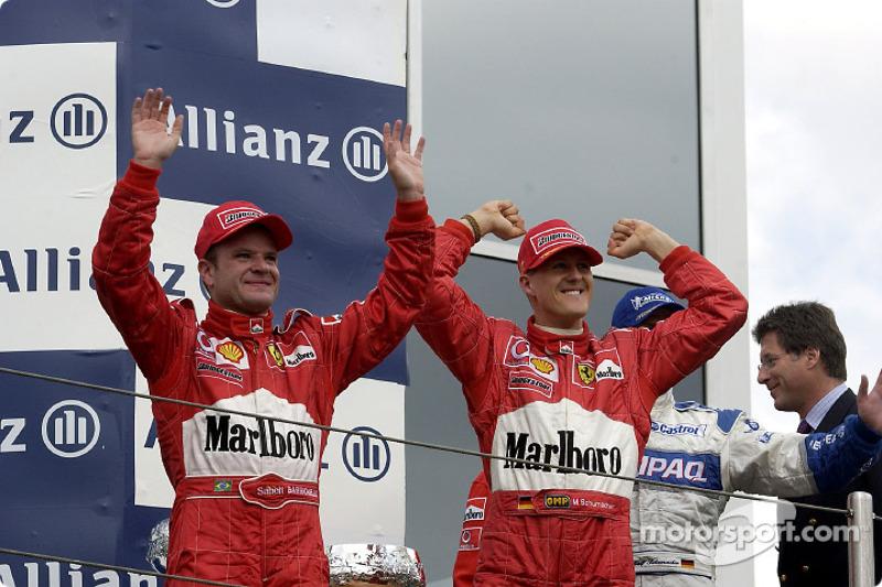 El podio: el ganador de la carrera Michael Schumacher con Rubens Barrichello