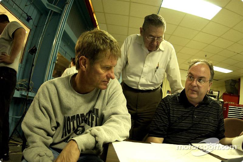 Visita al túnel de viento en Lockheed Martin en Marietta, Georgia; Bernie Marcus, encargado de aerod