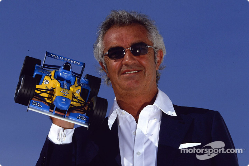 Flavio Briatore presentando el nuevo Renault F1 miniatura